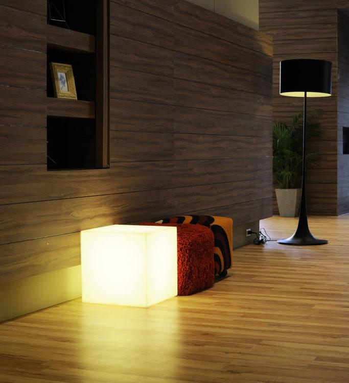 Der LED-Sitzwürfel erleuchtet jedes Zimmer.