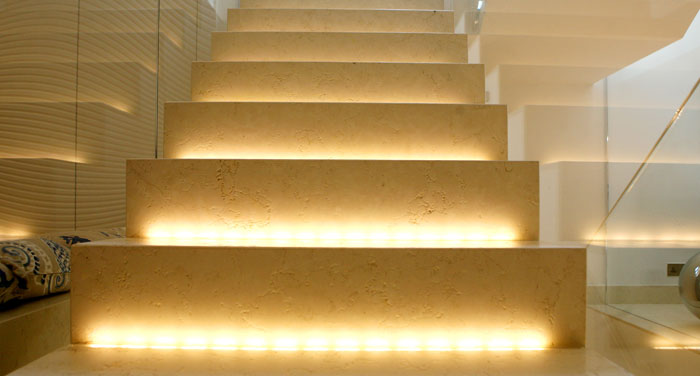 Margraf Scala in Bianco Perlino Spazzolato - Stiegenaufgang mit Beleuchtung