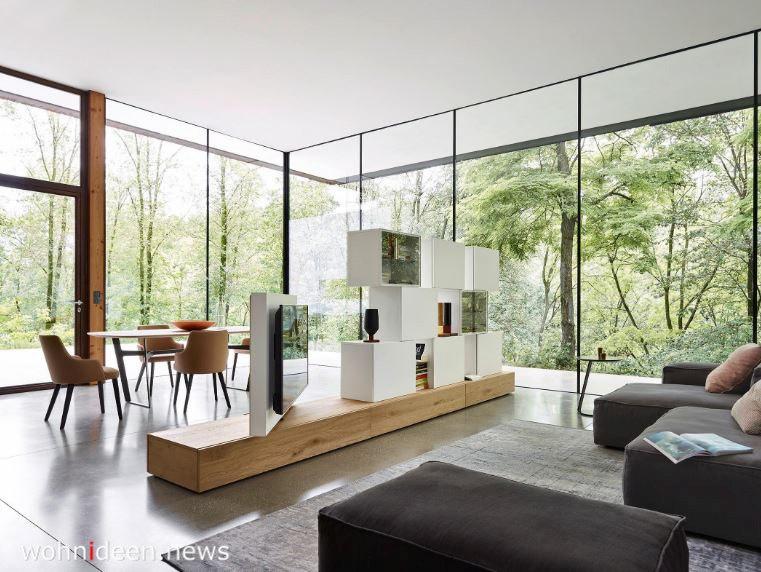 Raumteiler mit Regalen