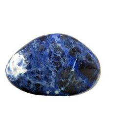 Der Sodalith ist ein blauer Edelstein, der vielfach in Schmuckstücken genutzt wird.