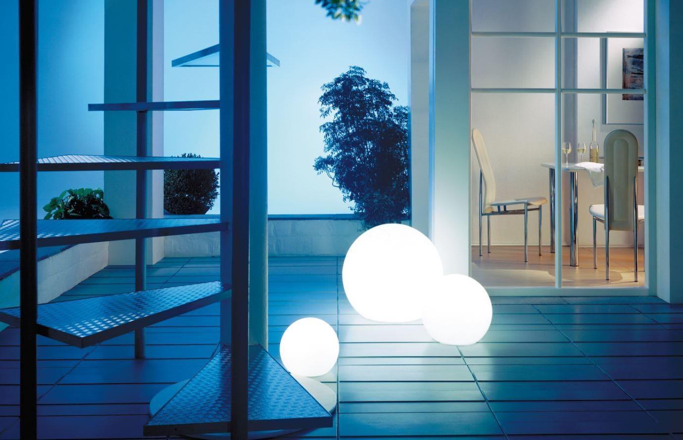 beleuchtung terrasse ideen kugeln weiss licht - Kugelleuchten & Kugellampen für den Garten Gartenkugeln Leuchtkugeln mit LED