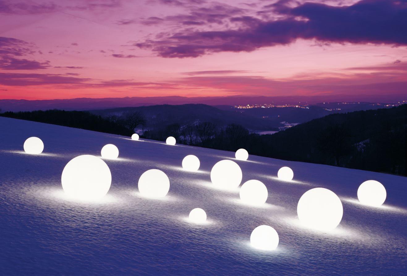 weisse kugeln beleuchtet im schnee - Kugelleuchten & Kugellampen für den Garten Gartenkugeln Leuchtkugeln mit LED